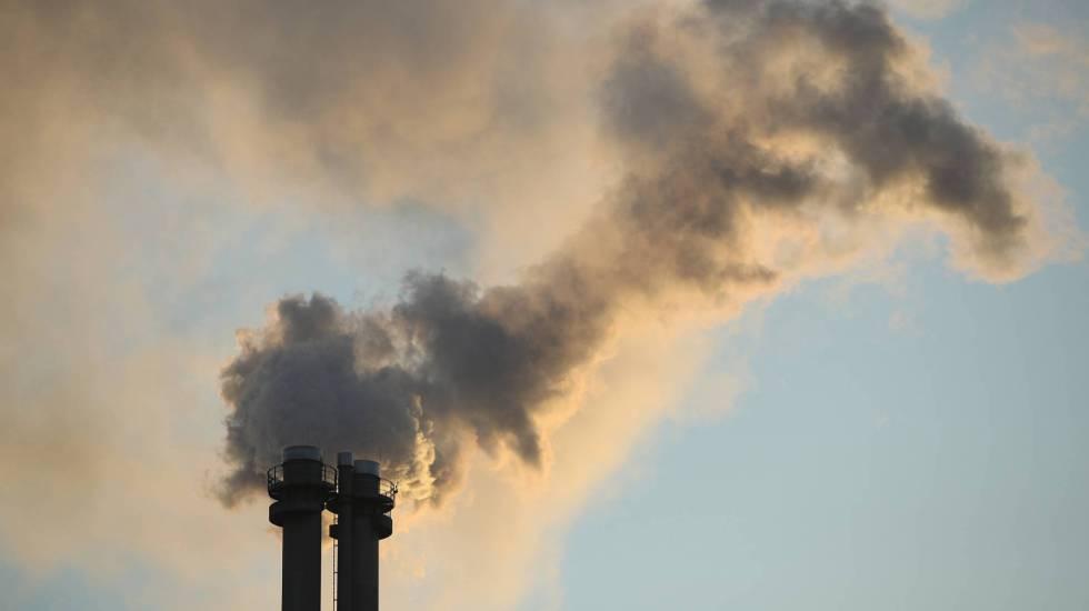 Emisión de gases desde la chimenea de una planta de energía y calefacción.