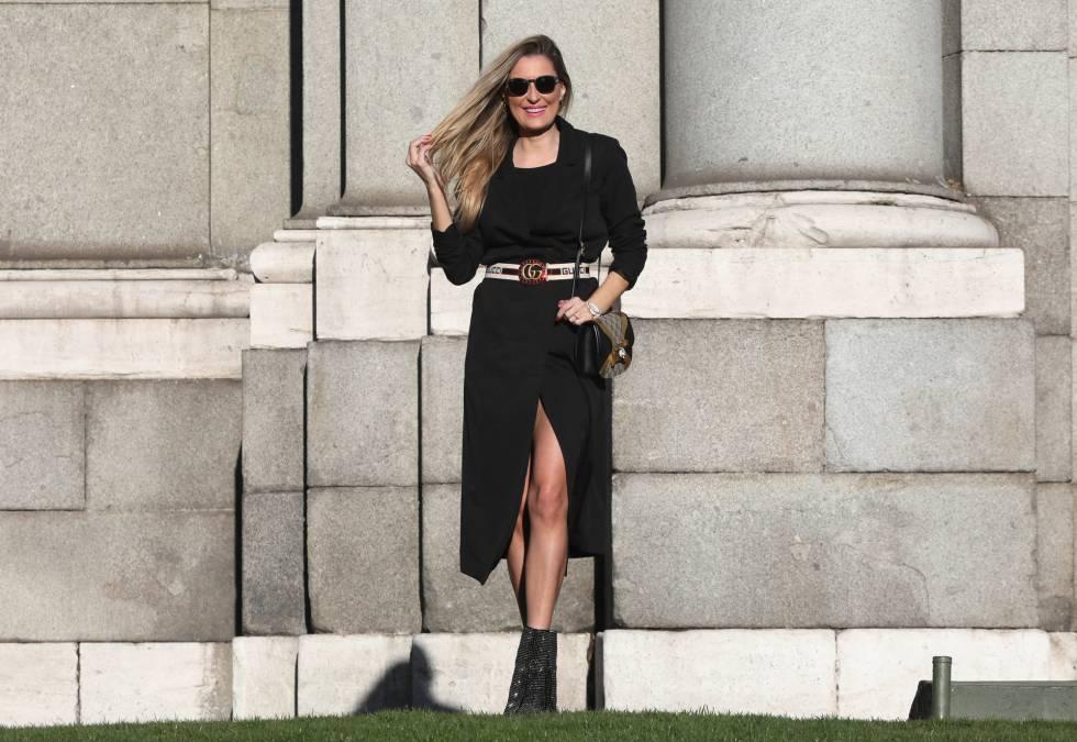 Lara Martín, 'influencer' de moda, posando en la Puerta de Alcalá.