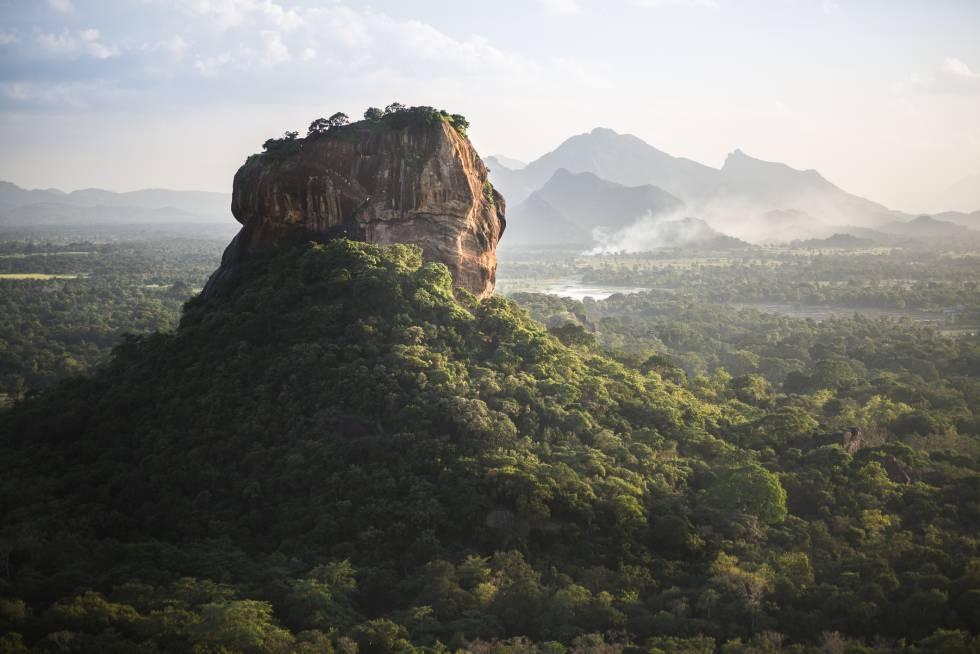 Sigiriya, gigantesca peña de paredes verticales donde el rey parricida Kasyana construyó en el siglo V su inexpugnable ciudadela cortesana.
