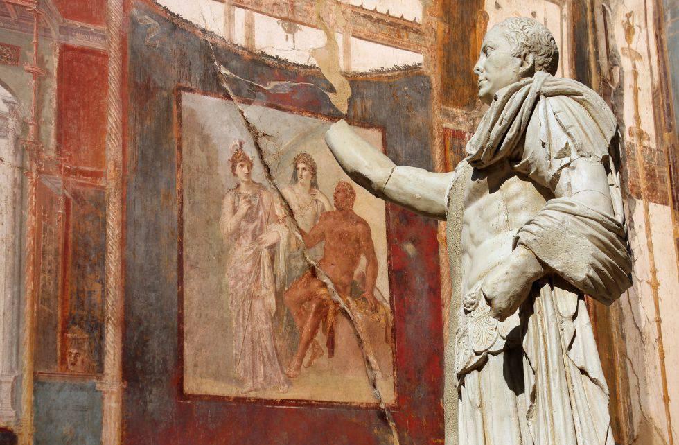 Estatua del procónsul Marcus Nonius Balbus delante de un fresco dedicado a Hércules en las ruinas de Herculano.