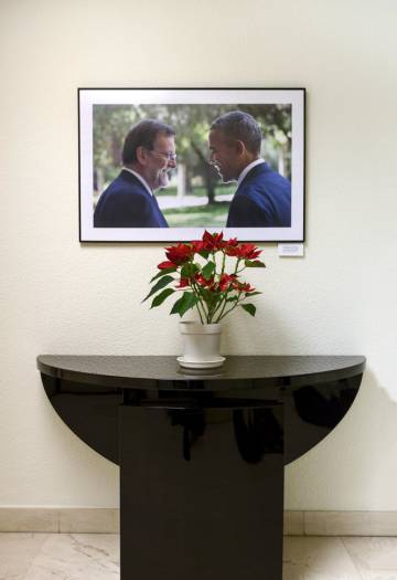 A photo of Rajoy with Barack Obama.