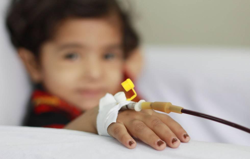 Una niña con talasemia recibe una transfusión sanguínea en un hospital de Pakistán.