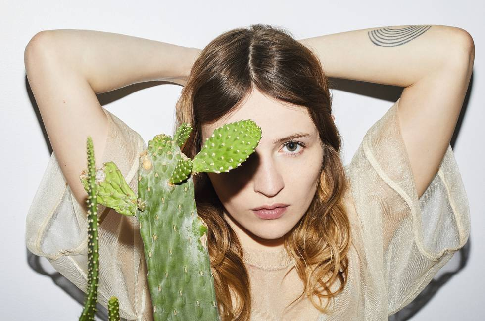 Christa Théret y su cactus posan en exclusiva para ICON. Ella lleva un vestido-camiseta transparente Paco Rabanne.
