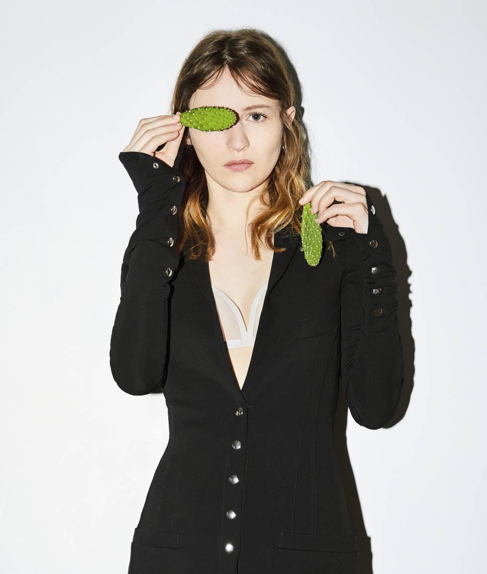 Para esta foto, Christa Théret se ha puesto chaqueta entallada con automáticos Paco Rabanne.