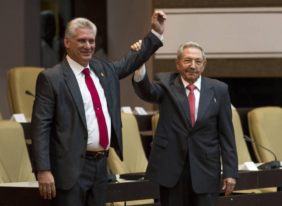 Raúl Castro levanta el brazo del nuevo presidente de Cuba, Miguel Díaz-Canel.