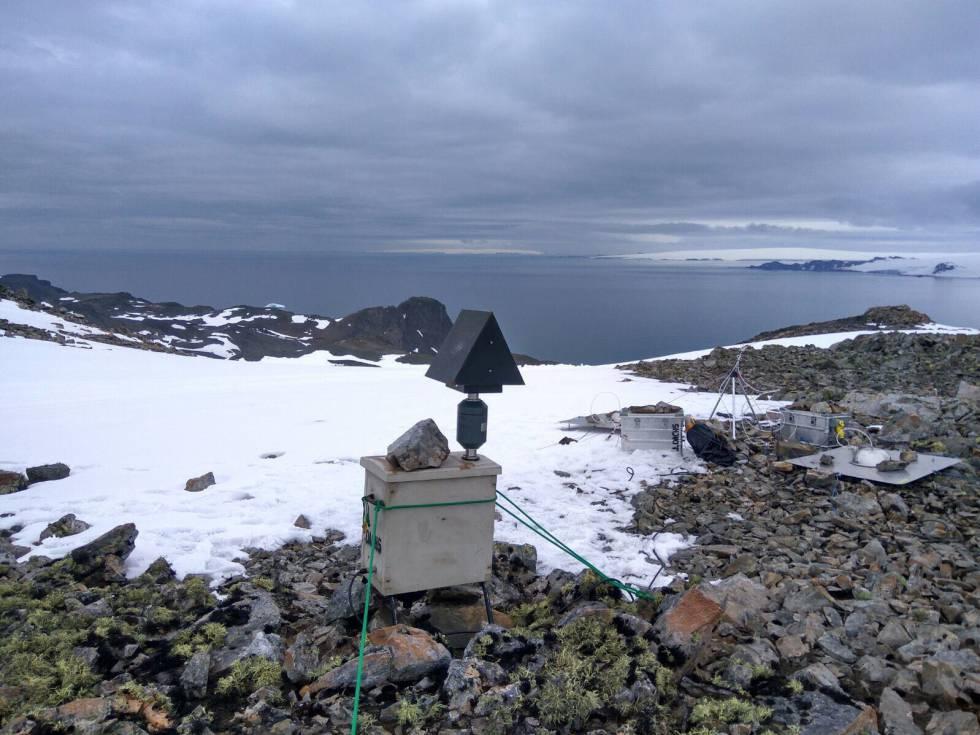 Captadores de muestras de aire instalados en la cima del Monte Sofía, en la isla Livingston, durante la pasada campaña antártica.