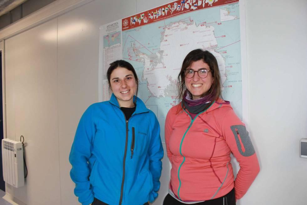 Gemma Casas y Alicia Martínez, científicas del proyecto SENTINEL fotografiadas en la base antártica Juan Carlos I durante la presente campaña.