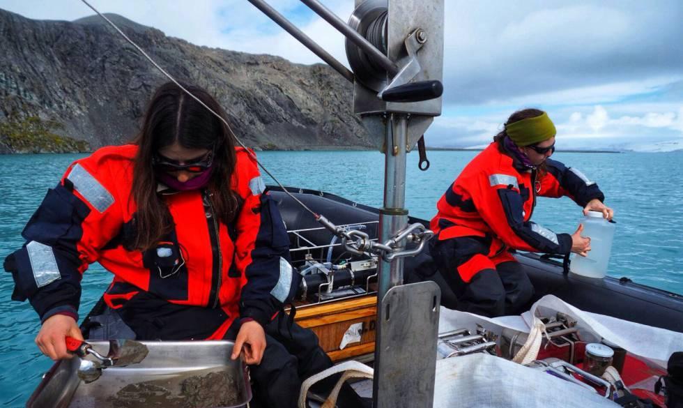 Investigadoras del Proyecto SENTINEL trabajando en la zodiac, en plena toma de muestras de agua marina, en las cercanías de Isla Livingston (Antártida).