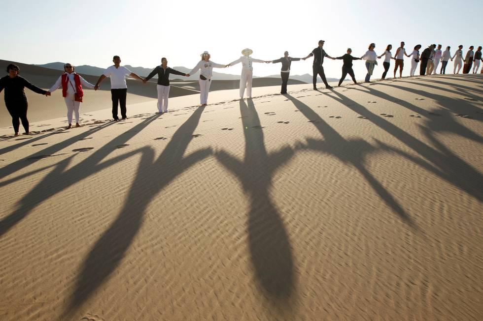 Un grupo de personas a la afueras de Ciudad Juárez, Mexico.