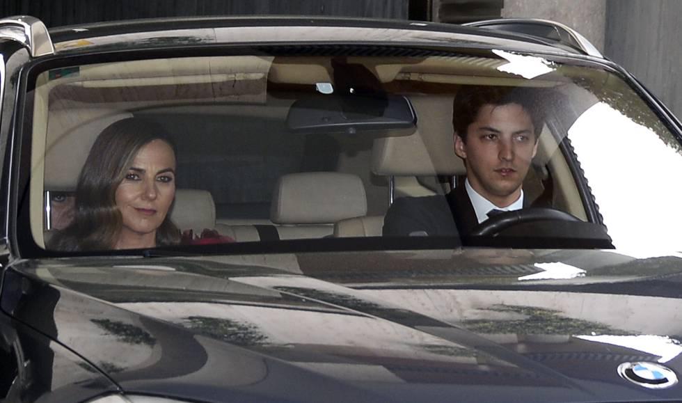 Fernando, el hermano de Alejandra Romero, llega a la boda acompañado de Amelia Alonso, la mujer de su padre.