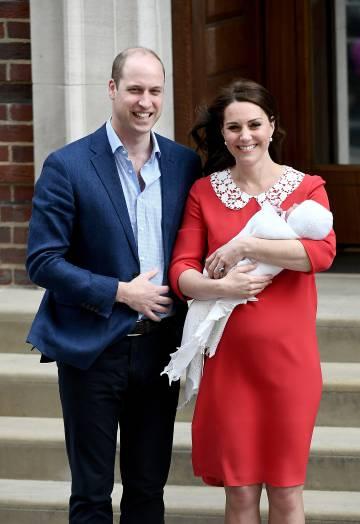 Los duques de Cambridge a la salida del hospital St Mary's de Londres con su tercer hijo.