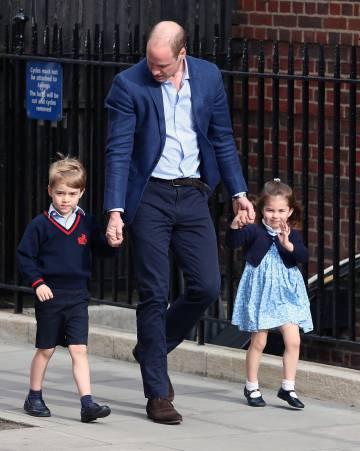 Los príncipes Jorge y Carlota junto a su padre el príncipe Guillermo en su primera visita a su nuevo hermano.