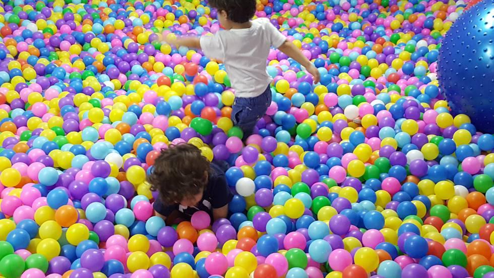 Batalla campal en un parque de bolas infantil en huelva for Piscinas de bolas para bebes