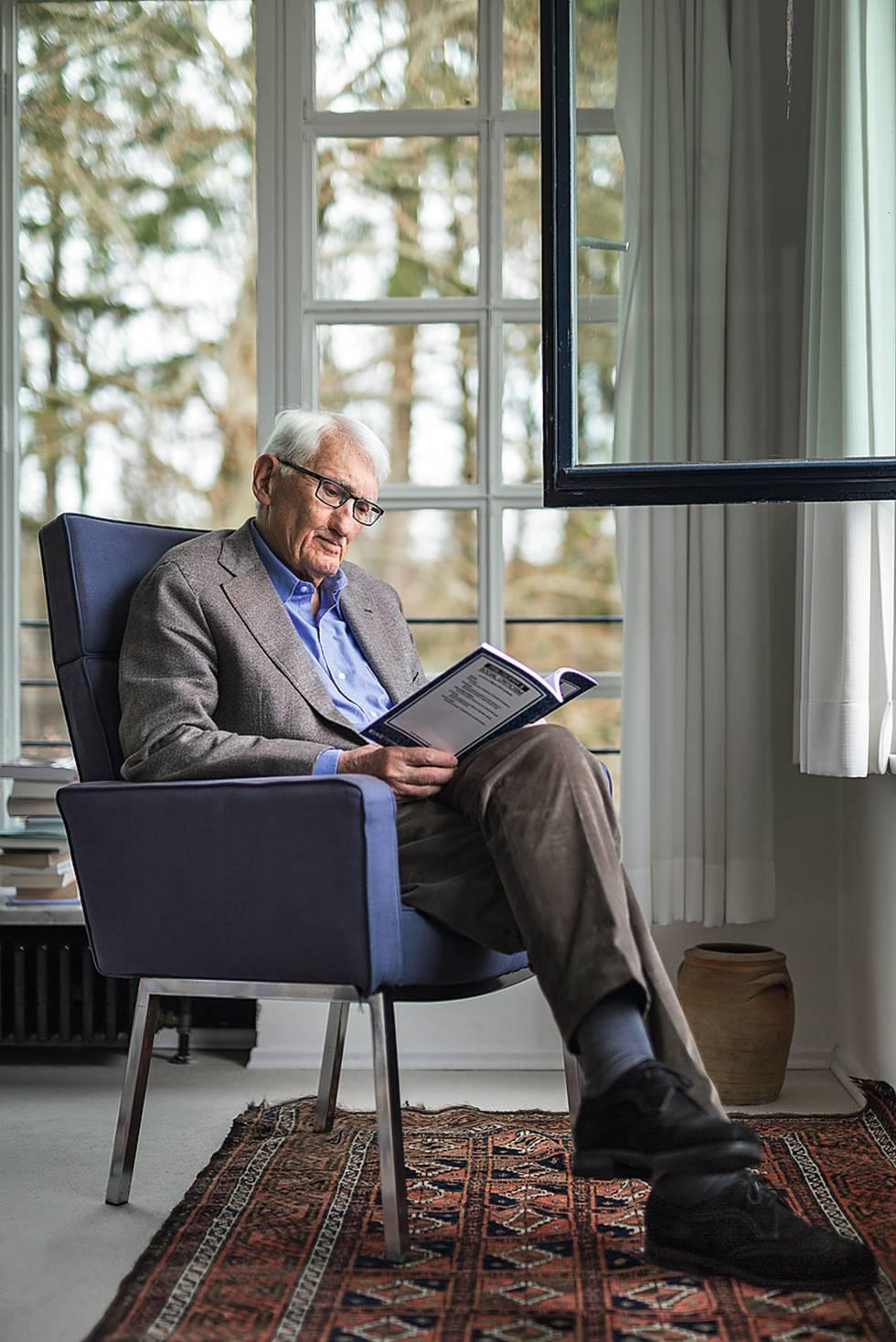Jürgen Habermas lee en el salón de su casa de Starnberg, cerca de Múnich.