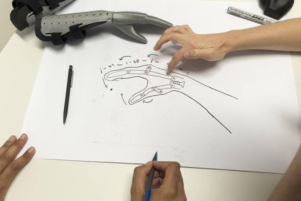 El proyecto de los alumnos de Aquisgrán desarrolló esta prótesis de mano muy simple y no operativa. La primera de estas manos, impresa en Marruecos, ya está en uso.