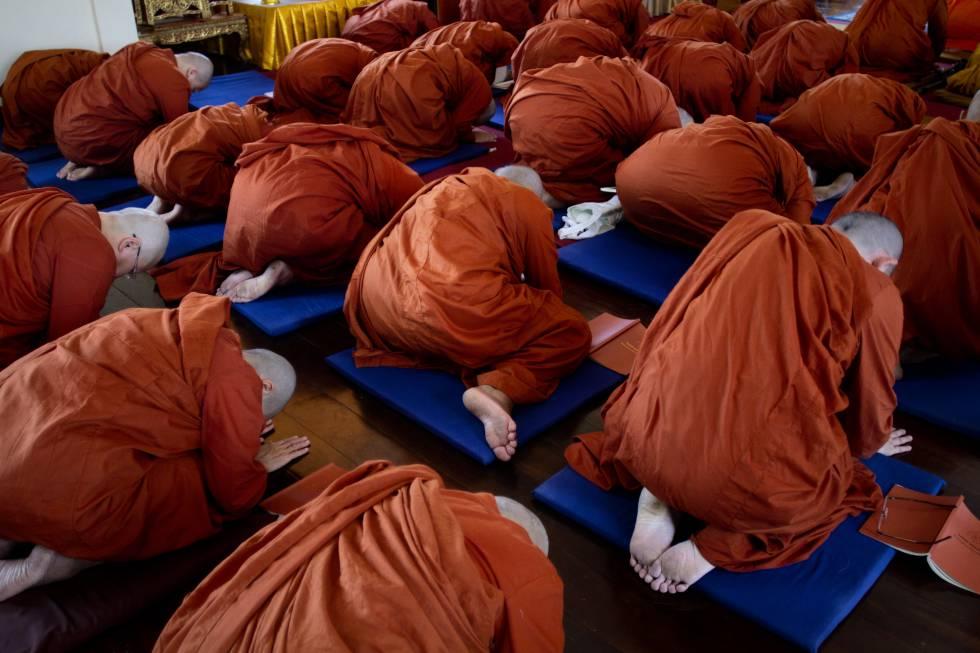 Budismo en Tailandia - Un grupo de monjas novicias budistas recién ordenadas rezan en el templo Songkdhammakalayani. BIEL CALDERÓN