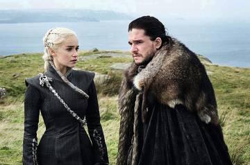 Los intérpretes Emilia Clarke y Kit Harington, en 'Juego de tronos'.