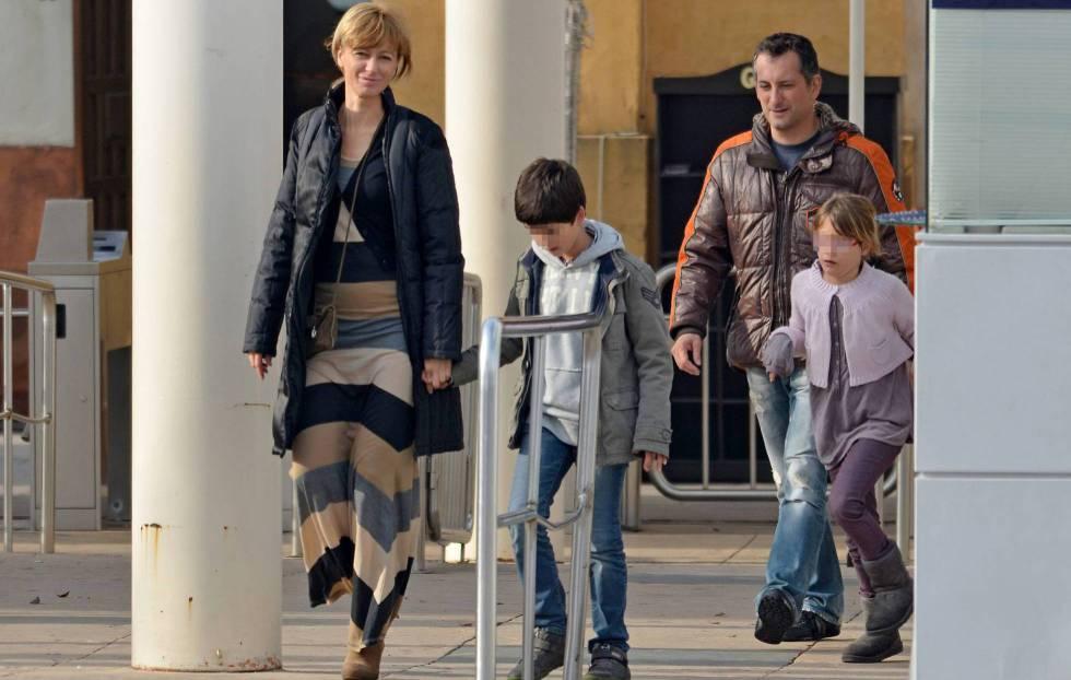 Susanna Griso con su marido y sus hijos en las calles de Sevilla en 2012.
