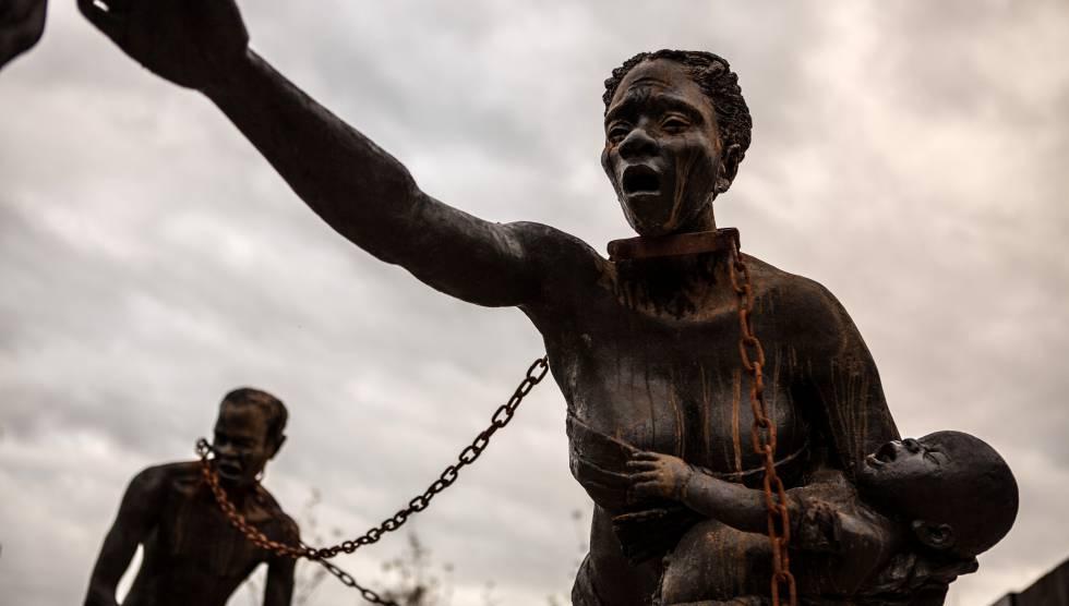 Escultura de Kwame Akoto Bamfo que forma parte del Monumento Nacional por la Paz y la Justicia.