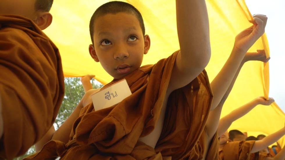 Novicios en la procesión del Wat Phra Mahthat, templo budista del sur de Tailandia