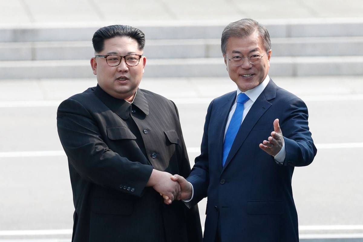 Kim Jong-un saluda a Moon Jae-in en Corea del Sur.