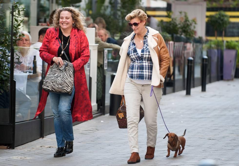 María Zurita a mediados del mes de abril, junto a una amiga y su perra Zeta paseando por Madrid.