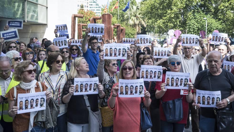 Concentración frente a los juzgados de Valencia en repulsa de la sentencia de la Manada.rn