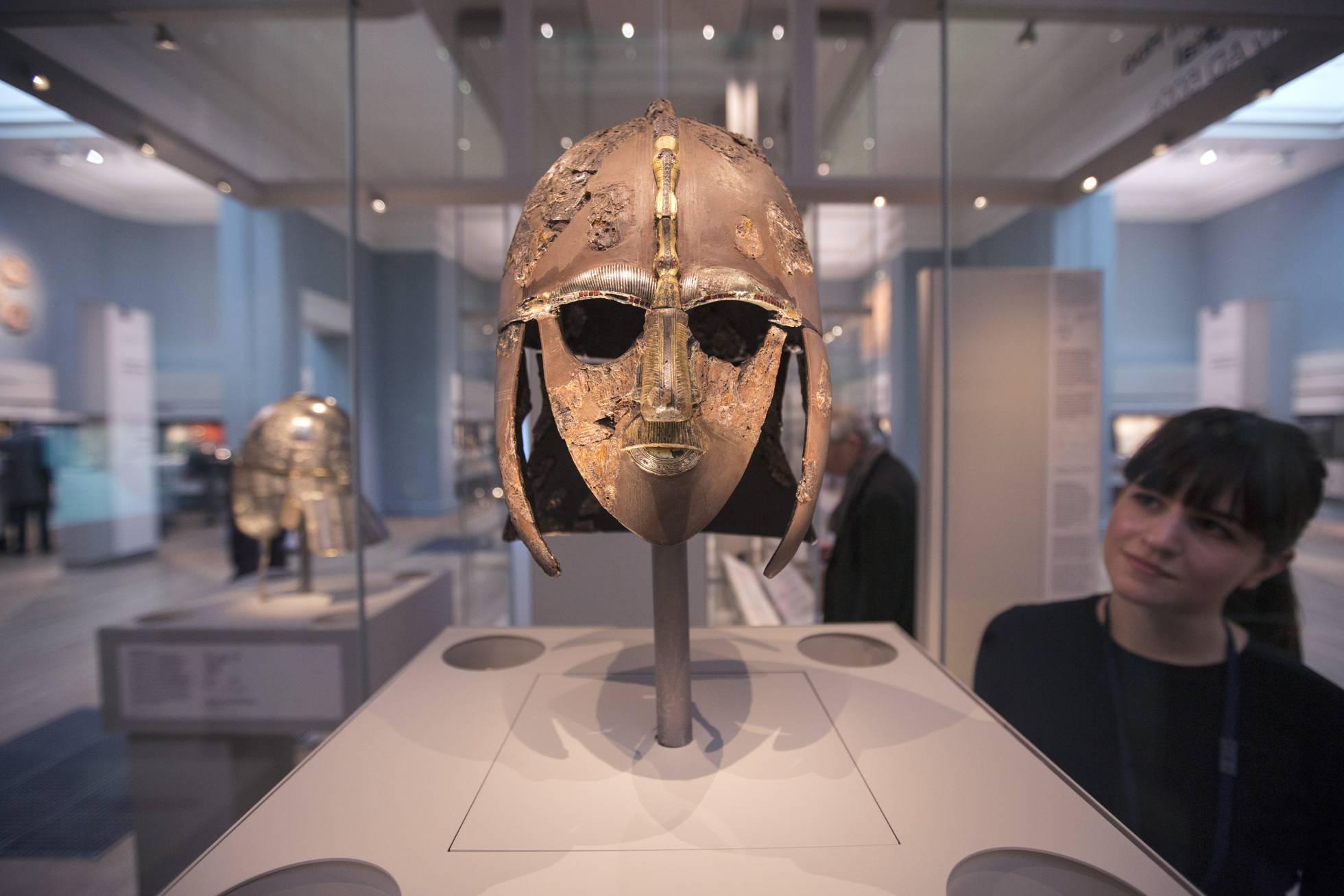 Casco del tesoro de Suttun Hoo en el Museo Británico de Londres.