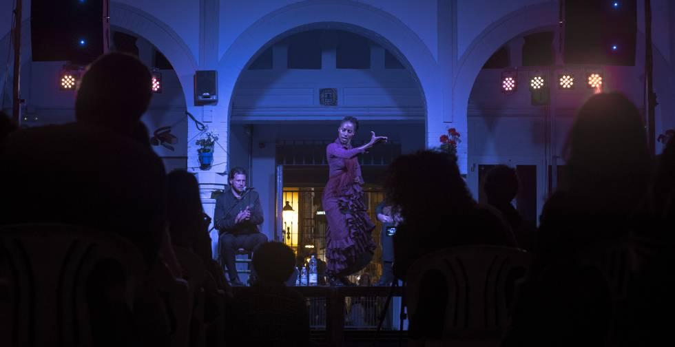 Yinka Esi Graves, durante su espectáculo de flamenco en el mercado de abastos de Tarifa, el 28 de abril de 2018, celebrado en el marco del XV Festival de Cine Africano Tarifa-Tánger (FCAT).
