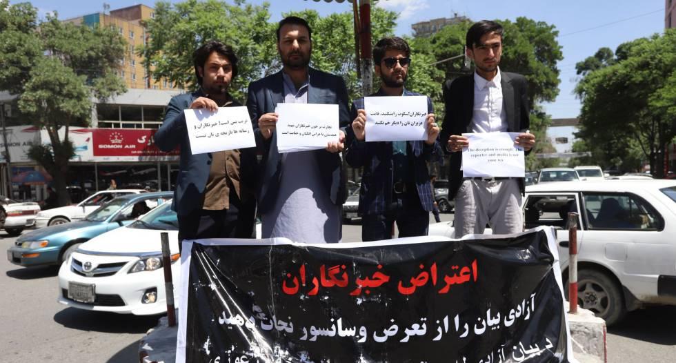 Periodistas afganos sostienen una pancarta durante una protesta con motivo de la celebración del Día Mundial de la Libertad de Prensa en Kabul.