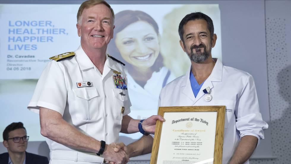 El doctor Cavadas reimplanta la mano a un marine accidentado en un submarino
