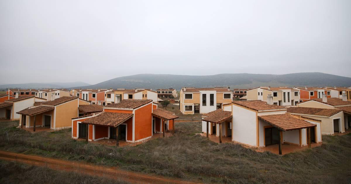 Viviendas abandonadas a medio construir en Villamayor de Calatrava (Ciudad Real).