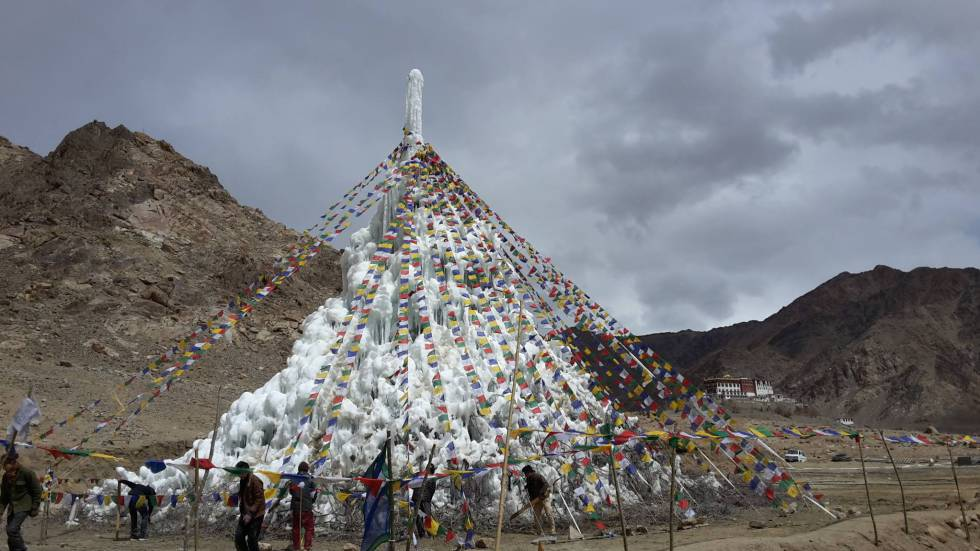 Estupa de hielo cerca del monasterio de Phyang, Ladakh, en abril de 2016.