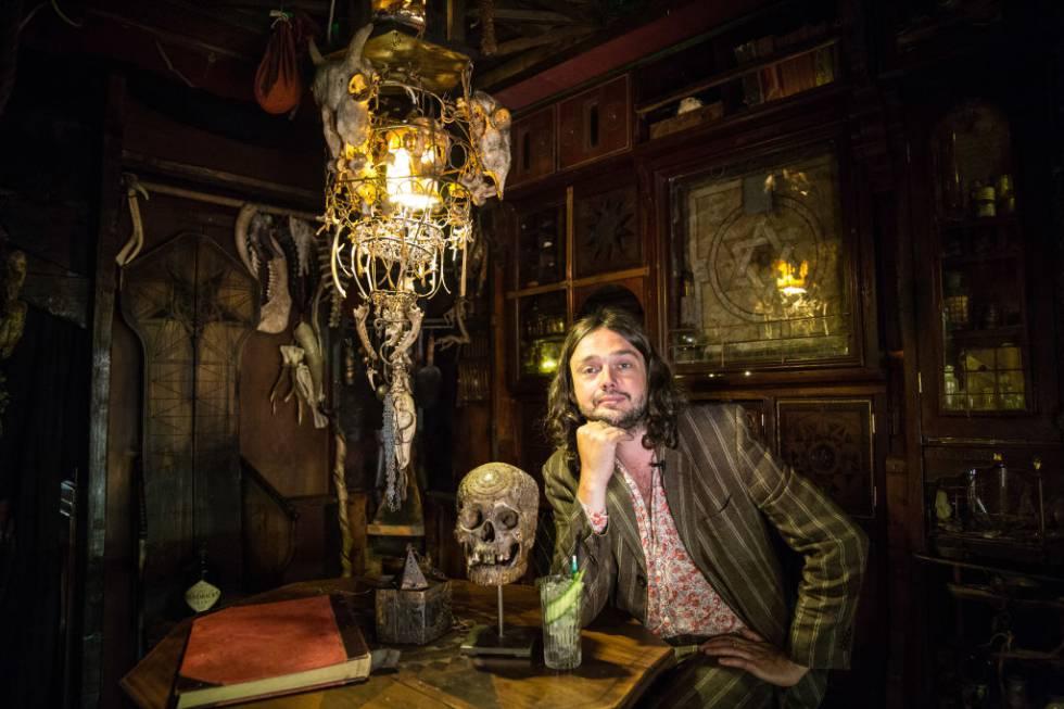 Viktor Wynd en su Museo de las Curiosidades en Londres
