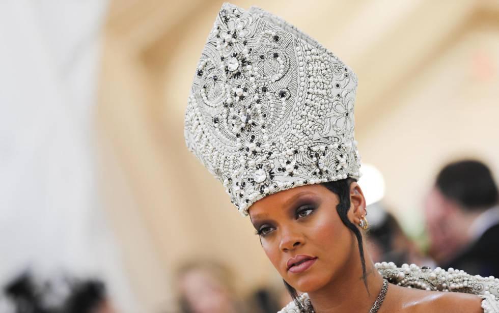 Gente · Moda · Gastronomía · Titulares. La cantante Rihanna con una mitra. b5eb1c336517