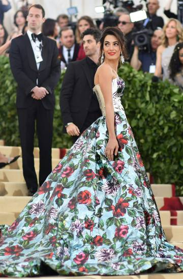 La abogada Amal Clooney lució un vestido-pantalón del diseñador Richard Quinn.