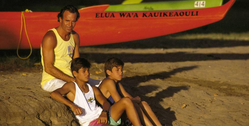 Enrique Iglesias junto a su hermano Julio Jr. y su padre Julio Iglesias.