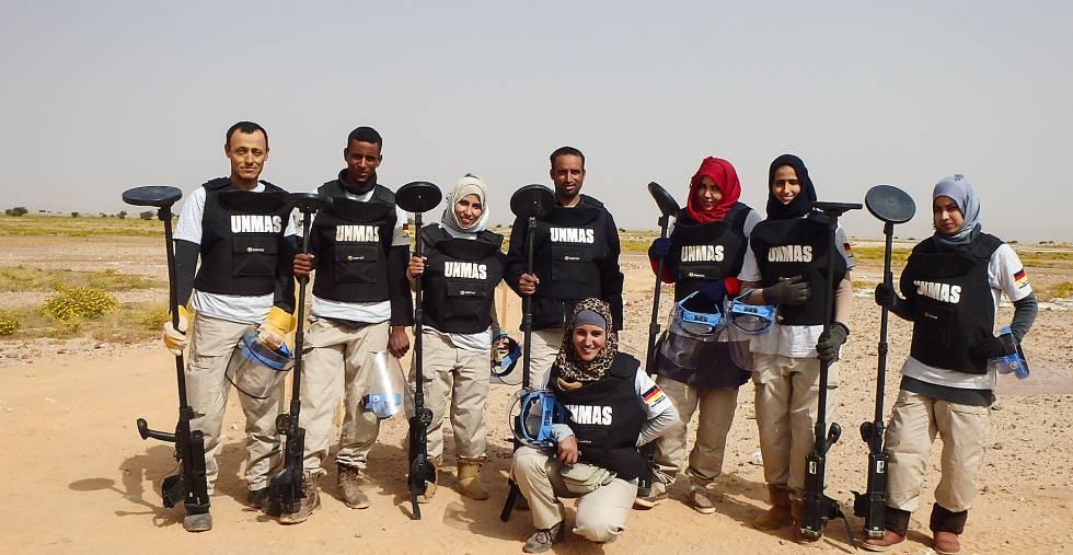 Iauguiha Mohamed (agachada), al frente de su equipo de desminadores en los territorios liberados del Sáhara Occidental.
