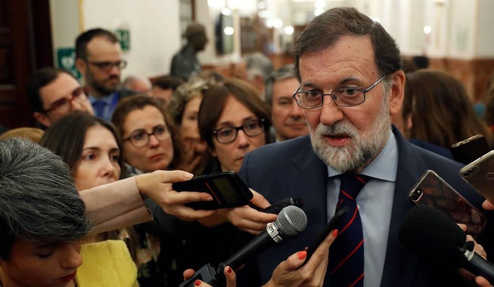 Mariano Rajoy conversa con los periodistas tras su intervención, el miércoles, en la sesión de control al Gobierno en el Congreso