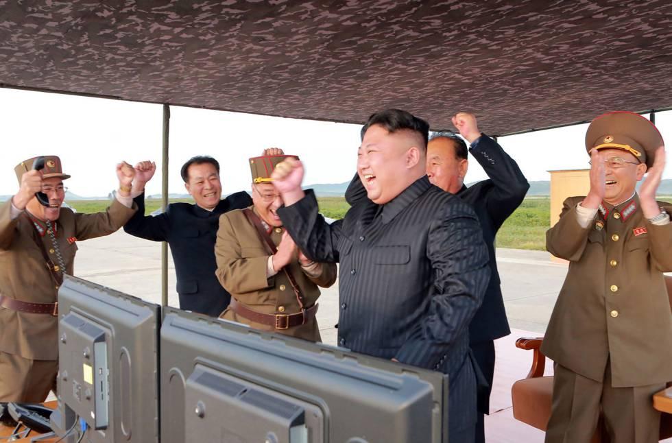 Kim Jong-un, segundo por la derecha, celebra tras una prueba de misiles de largo alcance en una imagen difundida el 16 de septiembre de 2017.