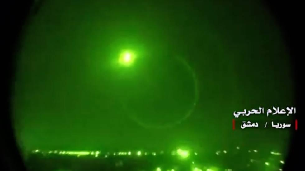 Los sistema antimisiles sirios interceptan una bomba, en una imagen emitida por la televisión siria.