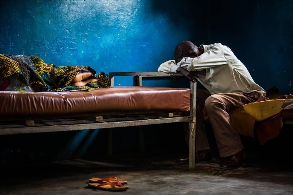 Un hombre junto a su mujer, enferma de malaria, en el centro de salud de Kananga (RDC), el pasado 20 de enero.
