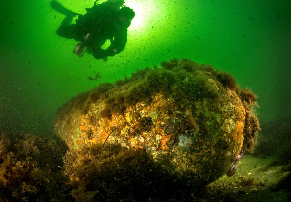Un buceador junto a una enorme bomba de la Segunda Guerra Mundial sin estallar en el mar Báltico.