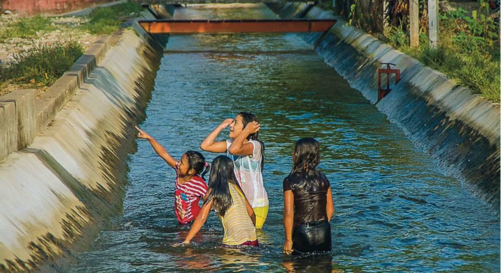En ciertas partes de este canal de Guatemala los niños y las niñas nadan en las corrientes de agua del sistema de riego.