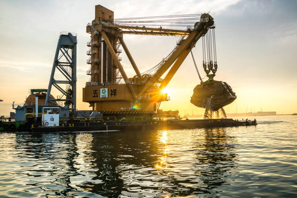 Una inmensa grúa para dragar fondos extrae arena del lecho marino para  una nueva terminal del puerto de Tuas, en la costa oeste de Singapur.