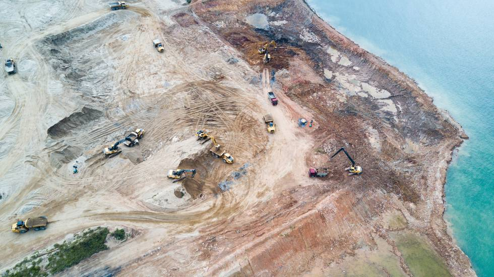 Vista aérea das obras para aumentar a área terrestre em Tuas, em Singapura, para a construção de um dos maiores portos do mundo a partir da escavação do leito marinho e da abertura de túneis na terra.