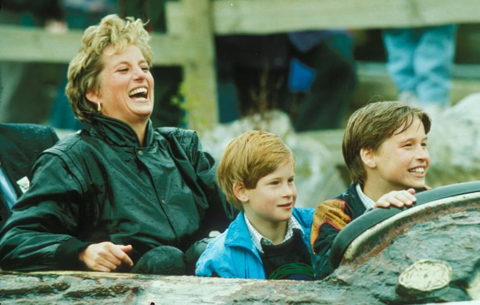 La princesa Diana con sus hijos, Enrique y Guillermo, durante una visita a un parque de atracciones.