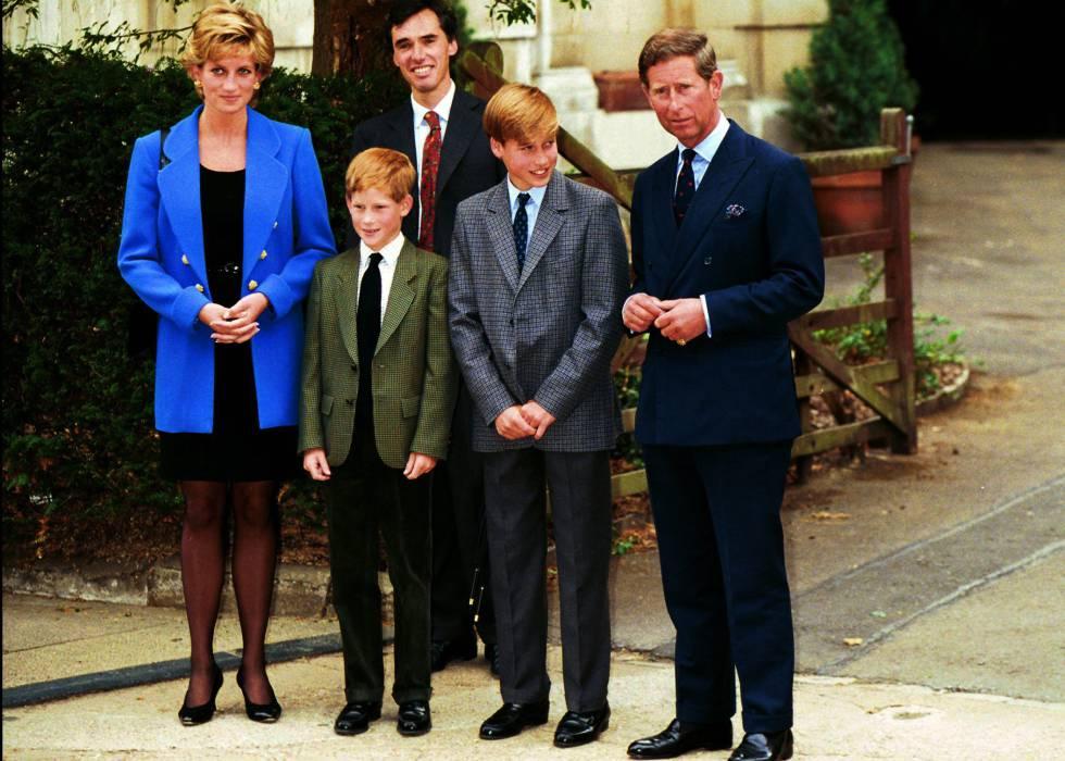 Los príncipes de Gales, Diana y Carlos de Inglaterra, con sus dos hijos Enrique y Guillermo durante un acto público en los años 90.