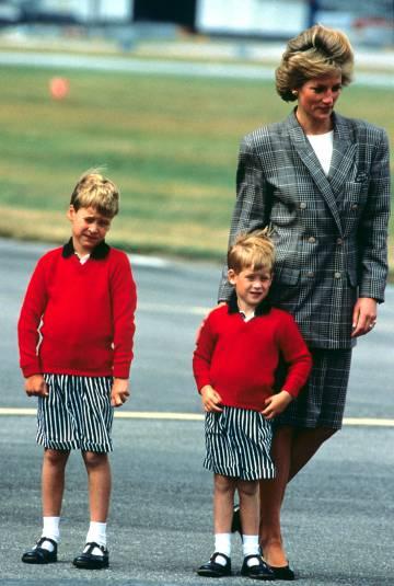 La princesa Diana con Guillermo y Enrique en el aeropuerto de Aberdeen en agosto de 1989.