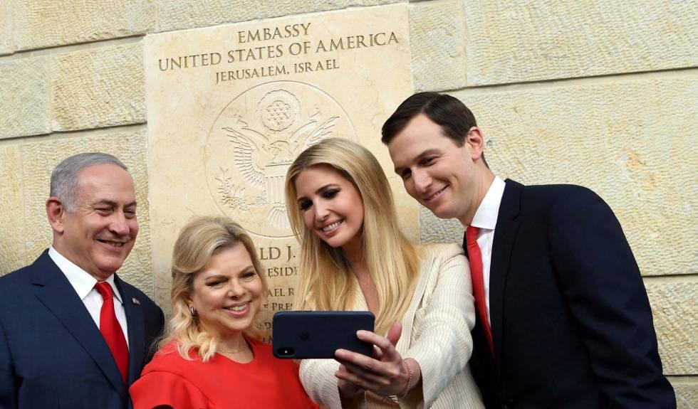 El primer ministro de Israel, Benjamin Netanyahu, junto a  Ivanka Trump y a Jared Kushner frente a la nueva embajada estadounidense en Jerusalén, el pasado 14 de mayo.